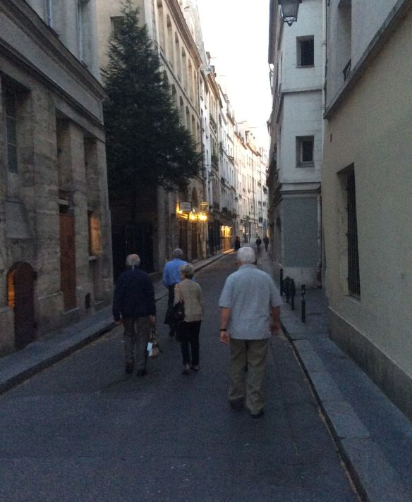 Strolling on the Rue Saint-Louis en I'lle